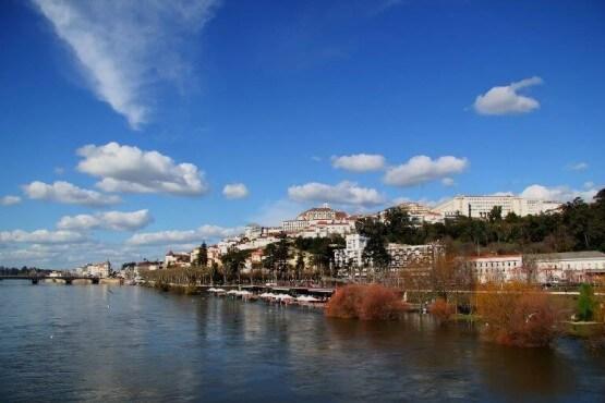 La ciudad de Coimbra vista desde el río
