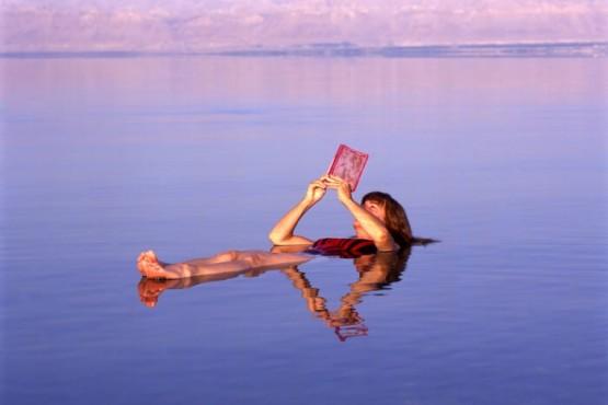 La relajación total de flotar en el Mar Muerto