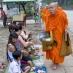 Monjes pidiendo limosna - viaje a Laos
